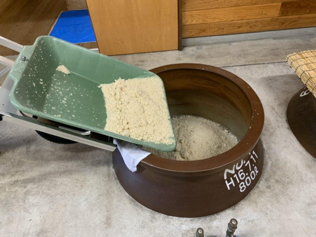 甕に麹を入れる様子